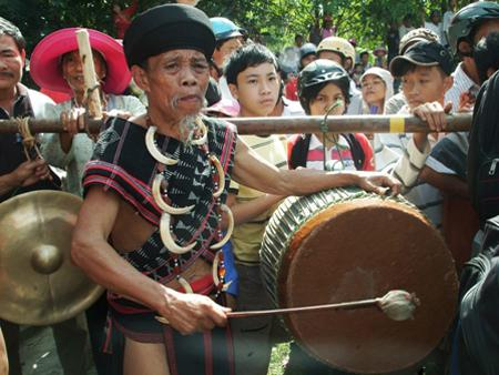 Hue – Mountain region festival links ethnic groups