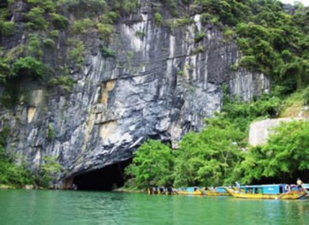 Gate of Phong Nha cave