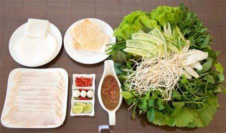Noodle cake rolled pork (banh trang cuon thit heo)