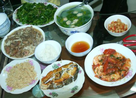 the meal of Vietnamese family